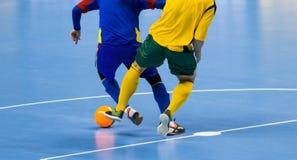 Шарик Futsal футбола и команда человека Зала спорт крытого футбола стоковое изображение