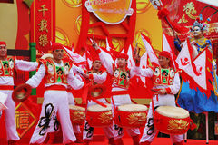 шарлах красного цвета флагов барабанчиков танцоров Стоковые Фото