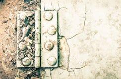 Шарнир и ржавчина и заклепка на металлическом листе части автомобиля сверхконтрастном Стоковые Изображения