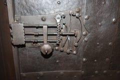 Шарнир на средневековой двери стоковое фото rf