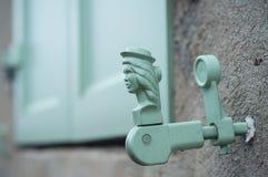 Шарнир на старых деревянных штарках Стоковое Фото