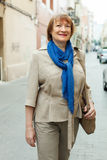 Шарф зрелой женщины нося в улице города стоковая фотография rf