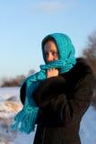 шарф красивейшей голубой холодной девушки сиротливый Стоковое Изображение