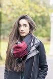 Шарф красивой молодой женщины нося в парке стоковое фото rf