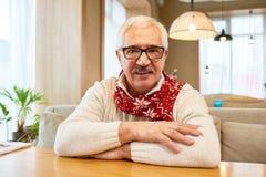 Шарф рождества счастливого деда нося Стоковое Изображение RF