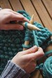Шарф связанный с зелеными шерстями Стоковое Изображение RF