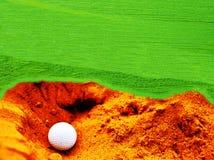 Шары для игры в гольф в траве и песке можно использовать как фоновое из стоковая фотография rf