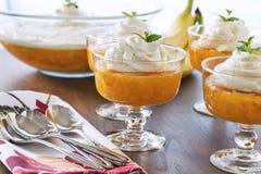 Шары десерта вполне Jell-o с сметанообразным взбитым отбензиниванием Стоковые Фото