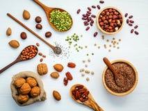 Шары и ложки различных бобов и различных видов гаек Стоковая Фотография