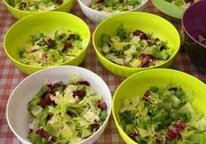 шары салата и салата в буфете Стоковое Фото
