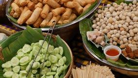 Шары с традиционными азиатскими блюдами для продажи Шары со свежими овощами и зажаренными блинчиками с начинкой помещенными на ст акции видеоматериалы