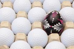 Шары для игры в гольф в коробке для яичек и украшения пасхи Стоковое Фото