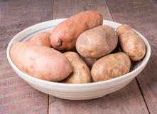 Шар картошек на деревянной таблице Стоковые Фотографии RF