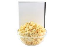 Шар вполне попкорна карамельки, крышки DVD стоковые изображения rf