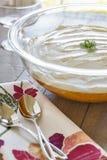 Шар вполне десерта Jell-o с сметанообразным взбитым отбензиниванием Стоковое Изображение
