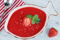 Шар гаспачо супа клубники с мятой стоковое изображение