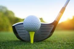 Шар для игры в гольф и гольф-клуб в красивом поле для гольфа на Таиланде Co стоковая фотография rf