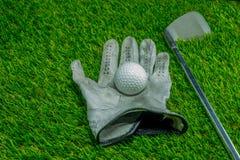 Шар для игры в гольф и гольф-клуб на траве стоковые фотографии rf