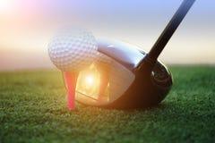 Шар для игры в гольф и гольф-клуб в поле для гольфа Азии красивом на предпосылке захода солнца стоковое изображение