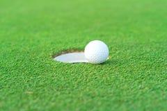 Шар для игры в гольф на губе чашки на суде гольфа стоковые изображения