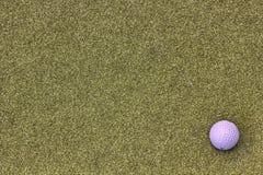 Шар для игры в гольф на зеленой задней земле стоковые изображения