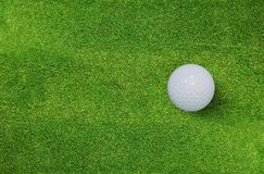 Шар для игры в гольф на зеленой траве поля для гольфа Предпосылка спорта гольфа стоковое изображение rf