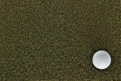 Шар для игры в гольф на зеленом цвете с отрицательным космосом стоковое фото rf