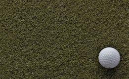 Шар для игры в гольф на зеленом цвете с отрицательным космосом стоковые фотографии rf