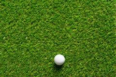 Шар для игры в гольф на текстуре зеленой травы поля для гольфа для предпосылки стоковые изображения rf