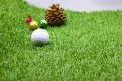Шар для игры в гольф с украшением рождества на праздник игрока в гольф Стоковая Фотография