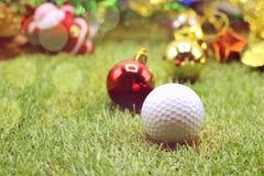 Шар для игры в гольф с украшением рождества на праздник игрока в гольф Стоковые Изображения