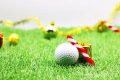 Шар для игры в гольф с украшением рождества на праздник игрока в гольф Стоковые Фотографии RF