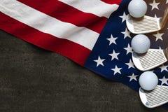 Шар для игры в гольф с флагом США на деревянной таблице стоковая фотография