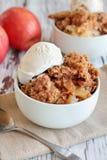 Шар домодельной хрустящей корочки Яблока или крошить с мороженым стоковые фотографии rf
