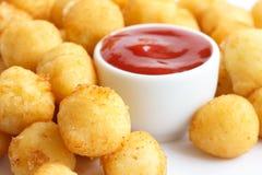 Шар зажаренных малых шариков картошки на белизне Стоковое Фото