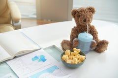 Шар закуски с игрушкой ребенк в офисе стоковые изображения
