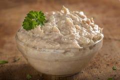 Шар заполнил при сливк сделанная мясом тунца, маслом и луком сверх Стоковые Изображения