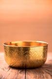 Шар золота на деревянной таблице Стоковое фото RF