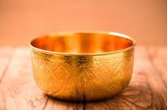 Шар золота на деревянной таблице Стоковое Изображение