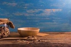 Шар и бутылка хлопьев на деревянном столе Стоковая Фотография RF