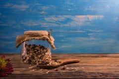 Шар и бутылка хлопьев на деревянном столе Стоковое Изображение