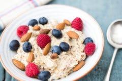 Шар каши с плодоовощ и гайками для здорового завтрака Стоковое Фото