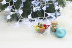 Шар конфет, опарника сухих цветков и шарика Christmmas-дерева стоковое изображение rf