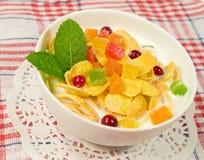 Шар корнфлексов с candied плодоовощ и ягодами Стоковое Изображение
