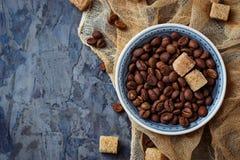 Шар кофейных зерен и коричневого тростникового сахара Стоковые Фото