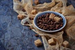 Шар кофейных зерен и коричневого тростникового сахара Стоковые Изображения