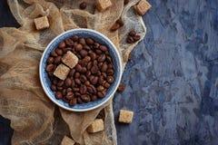 Шар кофейных зерен и коричневого тростникового сахара Стоковое фото RF