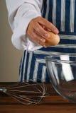 шар ломая женщину яичка шеф-повара стоковое фото