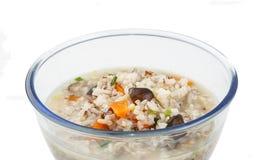 Шар овоща мягк-закипел рис с ложкой на белизне стоковая фотография rf