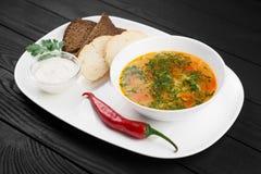 Шар овощей и супа мяса цыпленка на черной деревянной предпосылке Стоковое Изображение RF